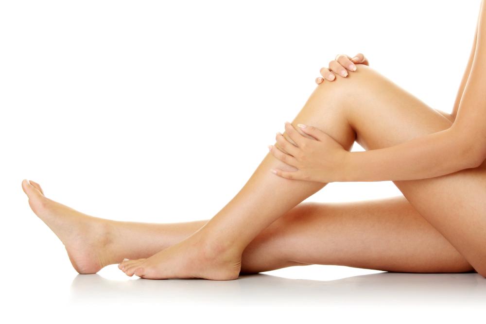 Relajación muscular. Mujer masajeandose las piernas.
